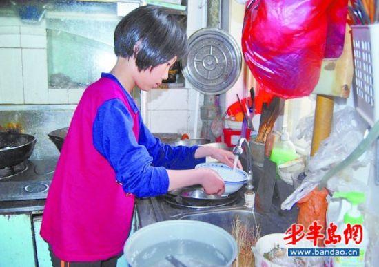 女童洗碗简笔画