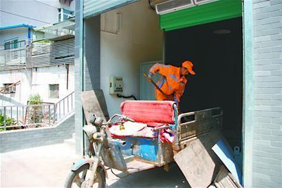 目前,天桥区已实现每2000户配备一辆垃圾收集车,每15户配备1个垃圾桶