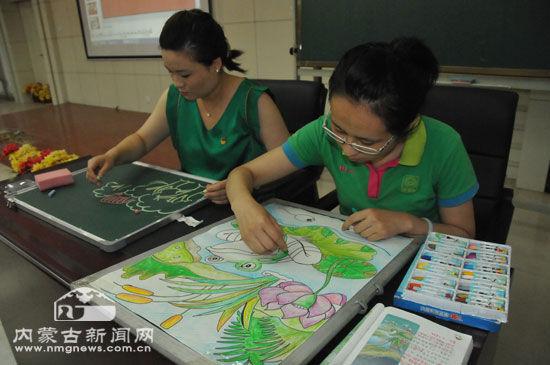 教师展示绘画才艺