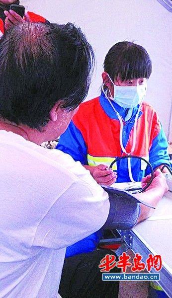 地震灾区学生感谢蓝天救援队队员16日起返青