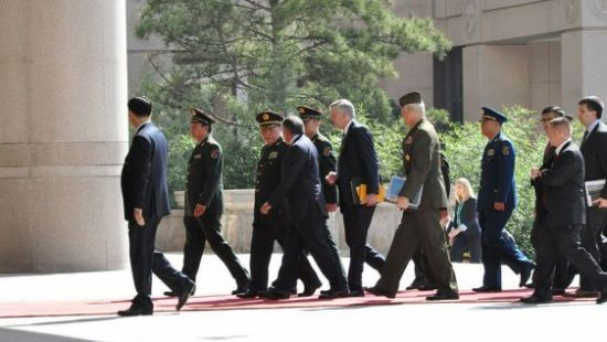 梁光烈为美防长举行欢迎仪式一同检阅三军仪仗队