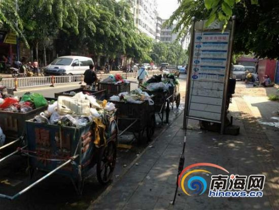 海口:公交站停垃圾车恶臭难当市民难正常候车
