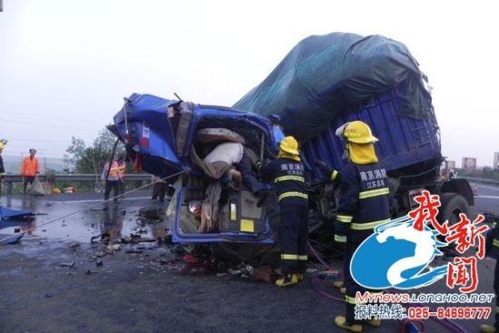 今日凌晨宁连高速收费站发生惨重车祸2人被卡后死亡