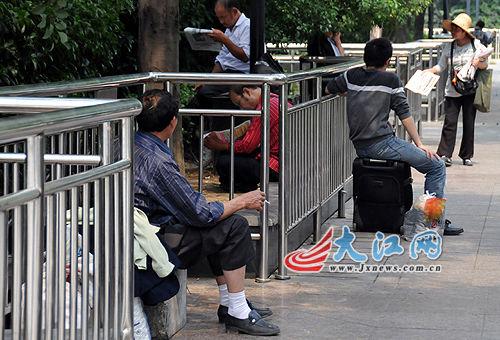 """""""石凳""""被围续:南昌市政管理方称改或不改要听上级安排"""