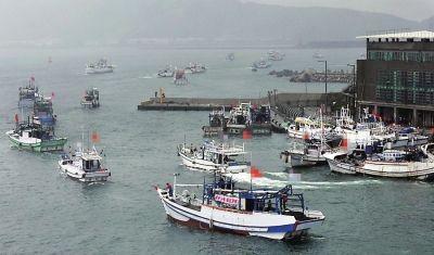 宜兰渔民昨天下午3时集结70多艘渔船,从南方澳渔港出发前往钓鱼岛