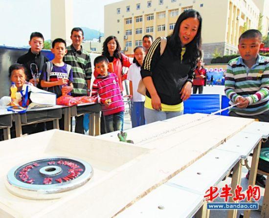 小小纸绳拉动30公斤重物科技节让学生大饱眼福
