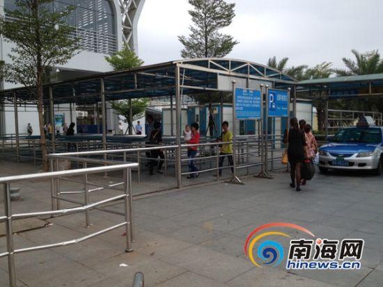 海口高铁东站:为堵摩的装栏杆