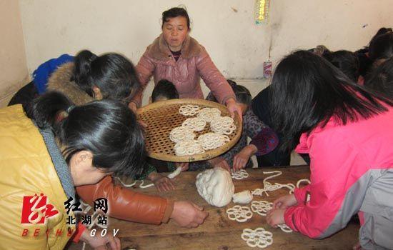 郴州北湖区塑料:欢喜备年货开心v塑料年村民笼鲍鱼图片