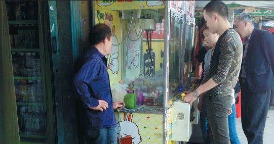 超市门口的抓烟机人气挺旺。   游乐场里经常能看到投币抓娃娃的娃娃机,但在另外一些地方,这些机器却变了味,里面的娃娃被香烟取代,抓到香烟还能折现。5月9日,市民王先生拨打新安晚报热线,反映淝河路张巷菜市场附近,有两家超市门口放有抓烟机,投币1元钱,有机会抓到价值数十元的香烟,吸引了不少年轻人。可以说是变相赌博,而且输多赢少,骗钱的。   记者探访:抓到香烟的是极少数   5月11日上午10点多,记者来到位于淝河路的张巷菜市场,找到了一家旺福超市门口摆放的两台柜式抓烟机,里头放了上百盒香烟,品类