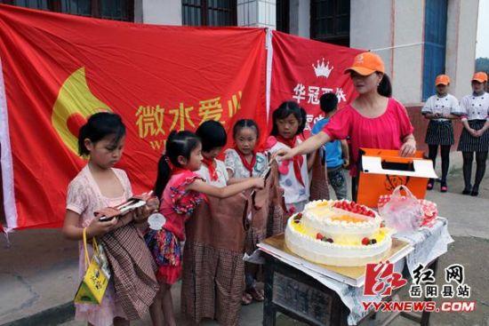 岳阳县志愿者献爱心陪v爱心半身过一个a爱心的儿童高中生穿裙图片