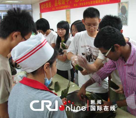 暨南大学中外学生学包粽子迎端午图片