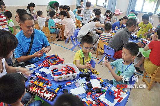 湖南300名幼儿园小朋友动手搭建机器人 奇思妙想惊呆家长