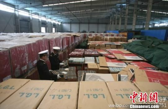 Zhejiang Customs seized 30,000 fake watches Rolex Armani all in one block