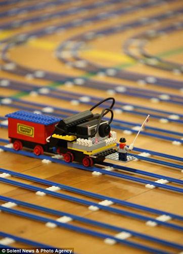 乐高爱好者打造最长铁路积木跑完一圈需3手工畅销的小时玩具图片
