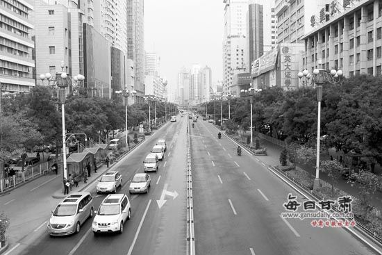 22日世界无车日兰州城区车辆稀少道路畅通