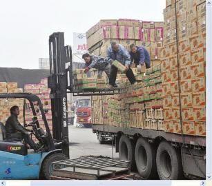 正在装货的货车。