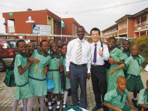 赴泰国闯非洲教汉语还编了专供外国人学中国字