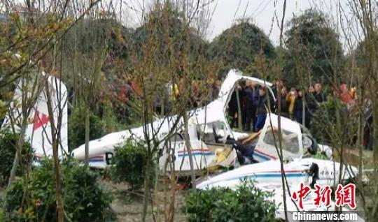 事故现场。 黄健 摄   中新网成都3月8日电(记者刘忠俊)记者8日18时从都江堰市委宣传部获悉,一架印有中国民航飞行学院字样的小型教练飞机,在该市崇义镇九组附近农田坠毁,导致机上2人遇难。   8日下午15时30分左右,有网友在微博上爆料称,中国民航飞行学院的一架小型飞机坠毁在都江堰一个农田中。现场目击者称坠毁飞机是一架中国民航的学员机,现场发现2人受伤严重。事故发生后,当地消防、公安、民兵、120急救医护人员等救援人员先后赶到现场展开救援,并拉起警戒线。   目前,现场处置还在进行,事故具体原因有