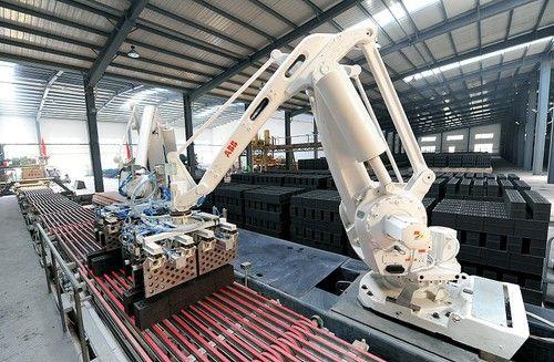 图为生产线上机械手正在进行无人操作