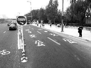 京通快速南侧辅路,在自行车道外侧,增加了两条长达148米的公交车专用道。北京晨报记者 王巍/摄