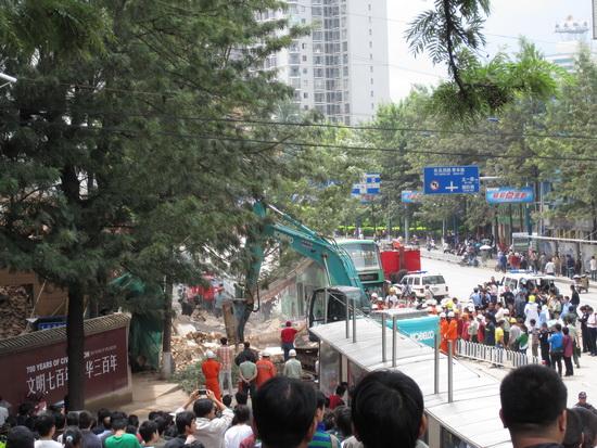 云南饭店大楼在拆除过程中发生墙体倒塌(图)