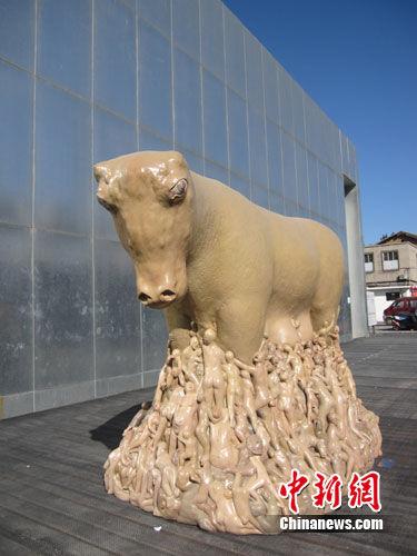 2011北京798艺术节户外雕塑展引游客兴趣(组图)