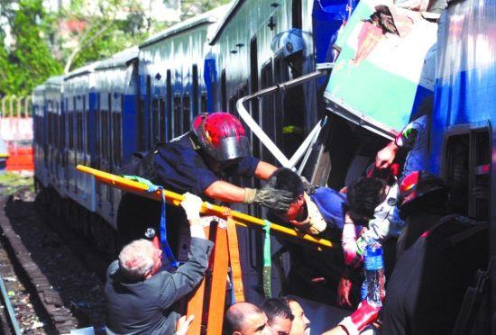 阿根廷城铁出轨至少40人死亡550人受伤(图)