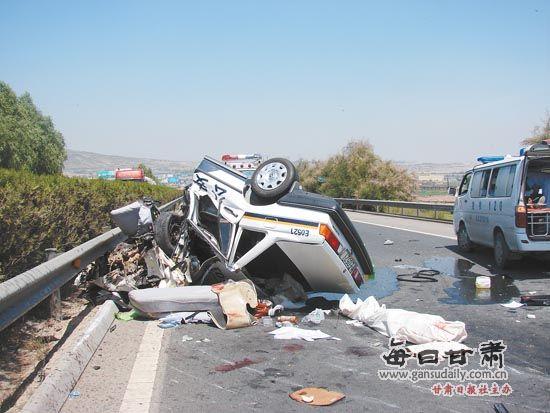 青兰高速定远镇发生车祸 一警车侧翻造成1人死亡(图)