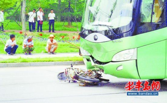 15日,发生在胶南市滨海大道上的车祸现场.