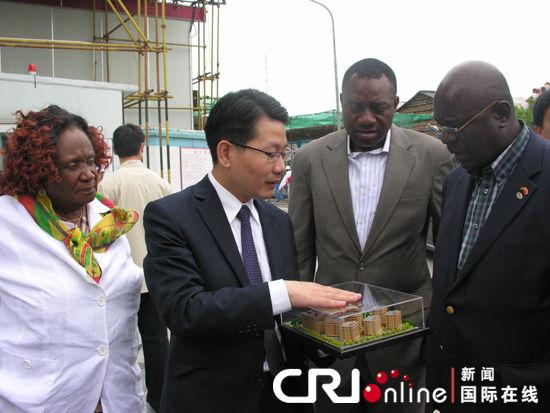 """加纳议会第一副议长阿伽霍参观上海""""非洲中心""""(图)"""