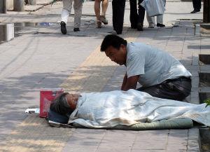 兰州:俩白发老太当托职业乞丐团行骗(图)