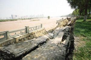 黄河河堤3次垮塌连片长达250米(图)