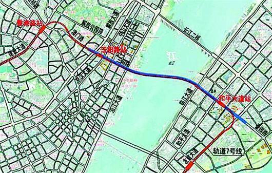 楚天都市报讯 图为:三阳路公铁隧道示意图   拟于今年内启动建设的武汉地铁7号线一期,堪称武汉地铁中的战斗机:功能最强,将建三阳路公铁合建长江隧道;投资最高,地铁加上过江隧道总投资达321亿余元,是武汉投资最高的市政交通项目;7号线一期载客量最多,比现在的地铁2号线一期(6B)多载客1000多人。   昨日,环保部公布了武汉地铁7号线一期(含三阳路公铁合建隧道)环评文件,详细介绍了工程情况,并面向社会公示。   7号线一期设站19座   根据公示方案,7号线一期起于东方马城,经王家墩,沿建设大道、澳门