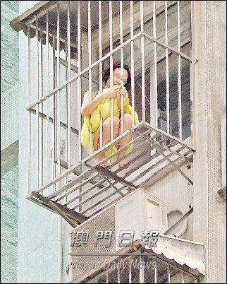 疑因感情问题澳门女子蹲防盗窗高呼求救(图)