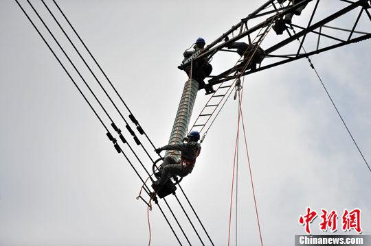500千伏超高压输电线路以及8000多基杆塔的带电消缺