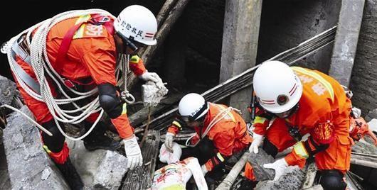 图文:贵州景区演练地震救援