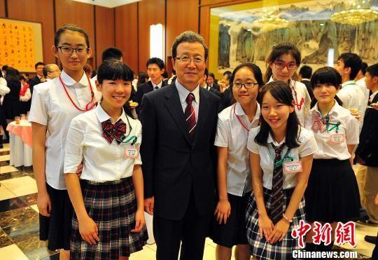 图为参加欢迎会的中日两国高中生与中国驻日大使程永华合影.