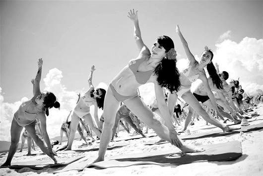 上千名比基尼美女在沙滩上进行了尊巴舞