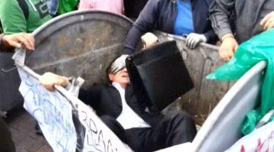乌克兰议员遭扔垃圾桶游街(组图)