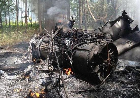 美国空军一架F16战斗机当天在南卡罗来纳州与小型民用飞机空中相撞后坠毁,战机飞行员安全弹出,民用飞机机上人员和伤亡情况尚未确定。   美国联邦航空局当天说,当地时间上午11时许,F16战斗机与塞斯纳C150小型民用飞机空中相撞,事发地点距离南卡罗来纳州查尔斯顿约11英里。有现场目击者向媒体表示,飞机相撞时空中出现巨大火球,像发生爆炸一样。当地电视台播放的画面显示,F16坠机现场浓烟滚滚,消防人员正在作业。   据美军方和当地警方通报,F16飞行员在飞机坠毁前安全弹出,已被地面人员找到。塞斯纳小型飞机