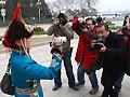 女委员与记者在大会堂前互拍