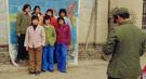 农村个体摄影户为村民拍照