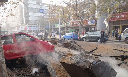发生爆炸的输油管,附近地面爆裂。