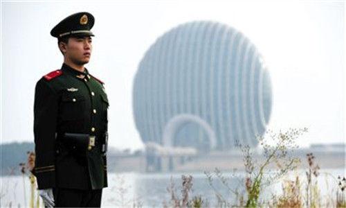 """北京间断多日氛围品质精良,天空蔚蓝,并且路线流通,致使于有人将这种状况戏称为""""APEC蓝""""和""""APEC顺""""。"""
