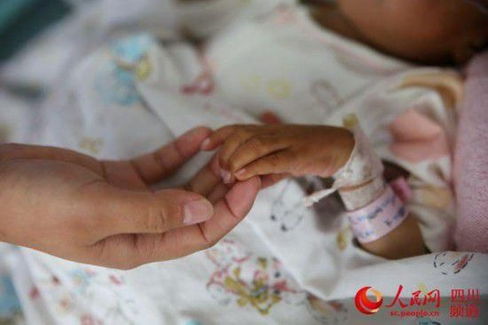 四川稻城县8岁女童小忠,身高仅78厘米,重7公斤,无语言能力