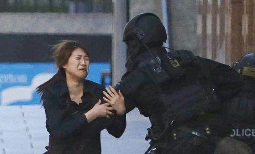 2014年12月15日,澳大利亚悉尼一家咖啡馆发生人质劫持事件,继三名男性人质逃出后,又有两名女性人质逃脱。