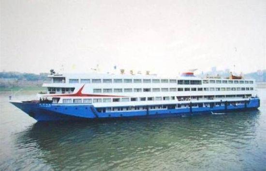 """湖北日报官方微博于宣称国务院把这次事故定性为""""因大风大雨造成的'东方之星'沉船事件""""。"""