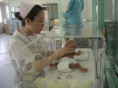 早产男婴患溶血症全身换血(图)
