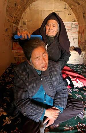 97岁老人照顾六旬病瘫儿媳3年(图)