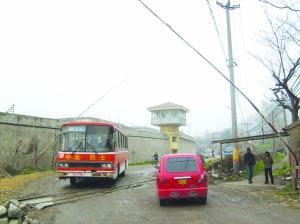 公交司机为讨20元补偿将车弃于铁路道口